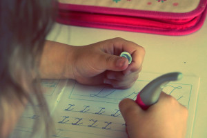 kind beginnt mit schreibversuchen