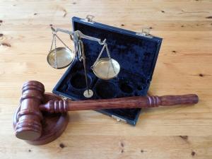 Muss man denn wirklich gleich den Hammer rausholen? Eines ist klar: niemand geht gerne zum Anwalt, aber manchmal führt eben kein Weg daran vorbei.
