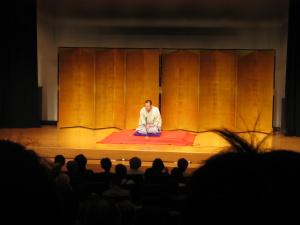 Ein echter Geschichtenerzähler: der Rakugo Künstler begeistert das Publikum ganz alleine und im Sitzen